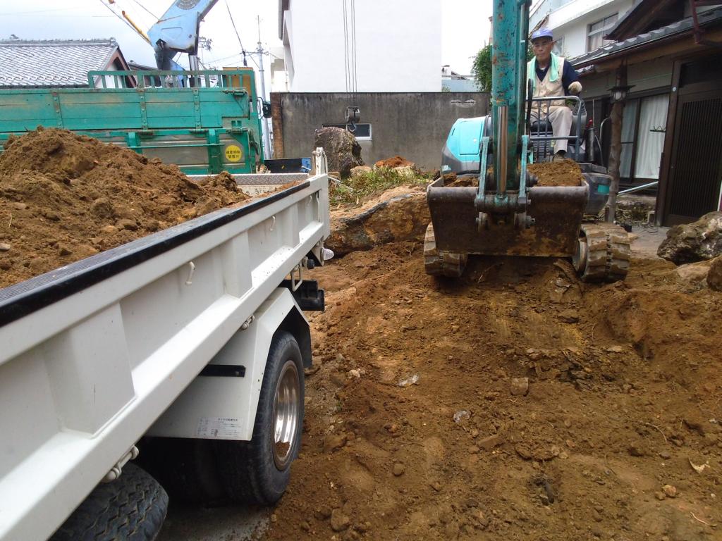 余分な土を2tダンプに積み込み、スペースを作ります