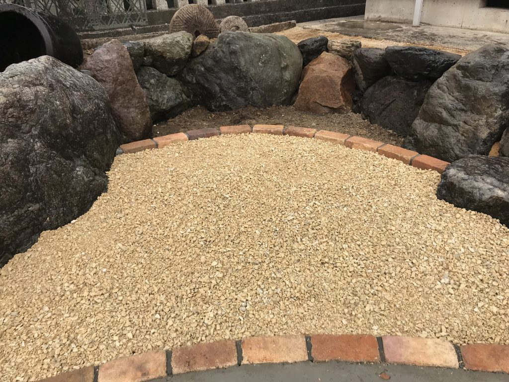 既存の庭石を使って、土留めの石積みに再利用。そして、石の隙間に草花を植えて、洋風な庭に変身