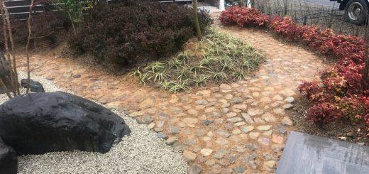 岐阜石割栗石の石張りアプローチの目地にサバ土を入れて、苔が生えてくるようにしました