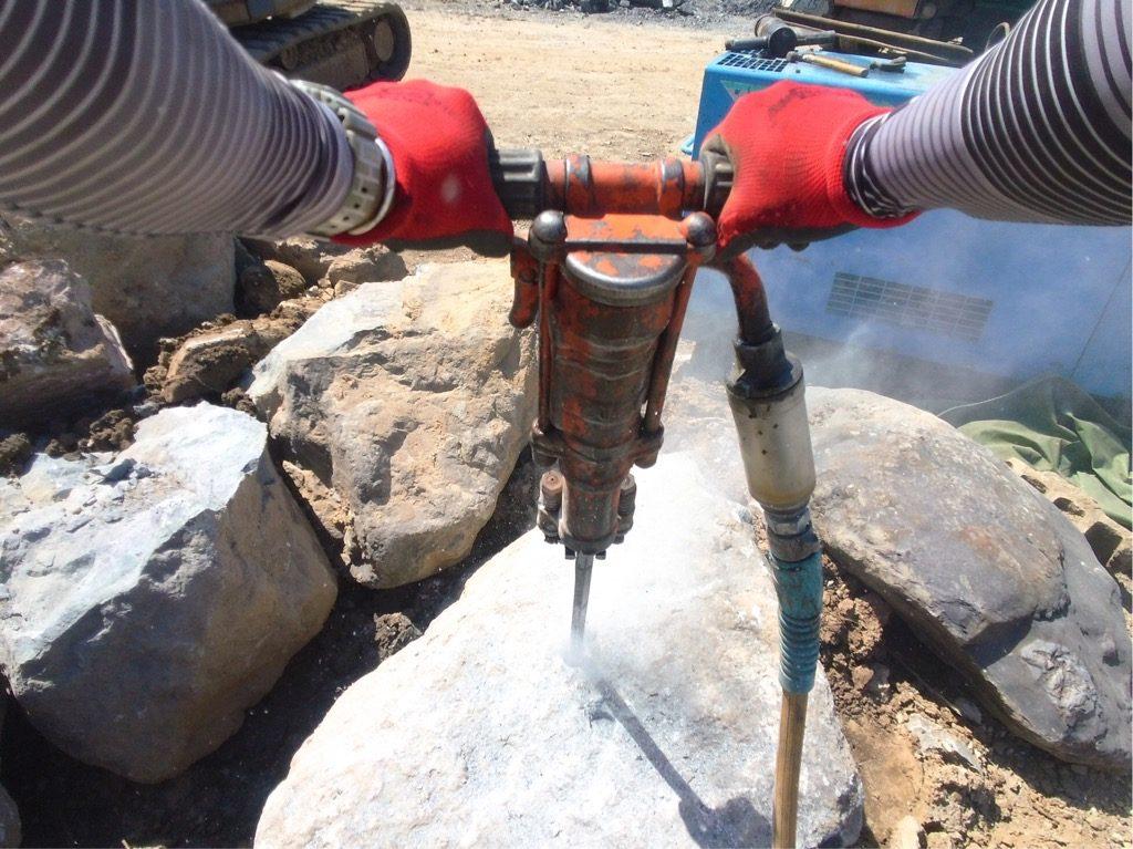 削岩機で石に穴を開けてます。振動がハンパない(((o(*゚▽゚*)o)))