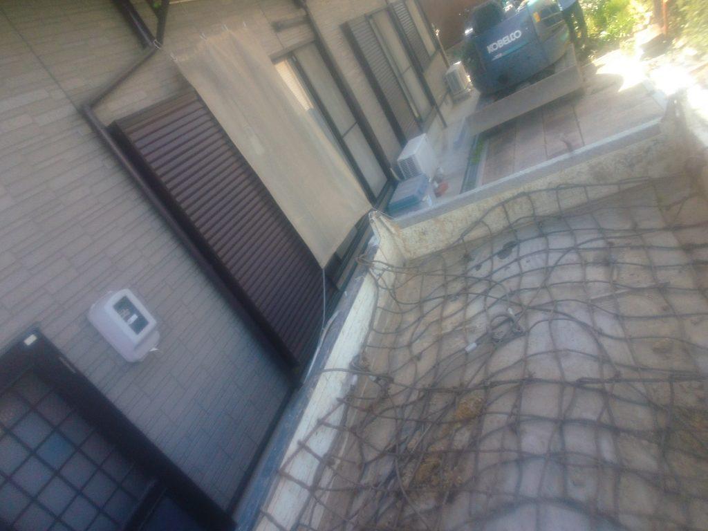 ダンプにワイヤーモッコを敷いて、そこに板石を置いて、敷地の外で別のトラックに載せ替えるという作業を繰り返し