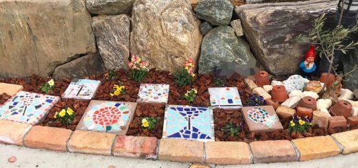 お子さんと一緒に作ったモザイクタイルを石積みと土間コンクリートの間の砂利敷き箇所に市松模様で置いてあります