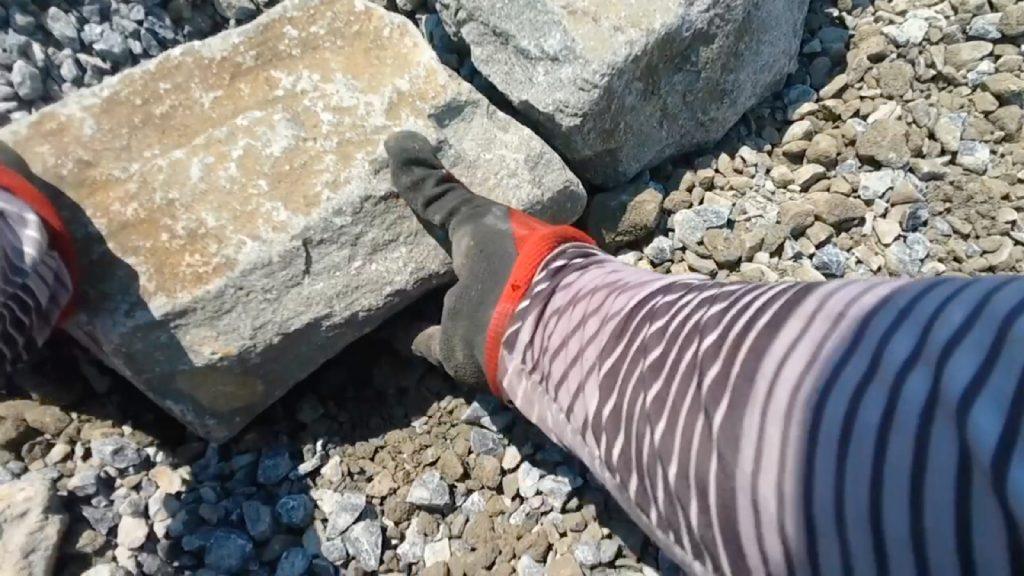 石同士、噛み合わせて据えますが、全ての面をきれいに合わせる必要はありませんが、ある程度、接地面が大きいと、石が動きにくくなります。