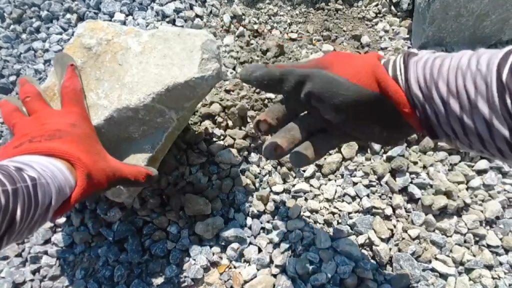 石の中には、角が出っ張って、石同士うまく接しない石があるので、そんな時は、ハンマーで割ってしまいましょう!