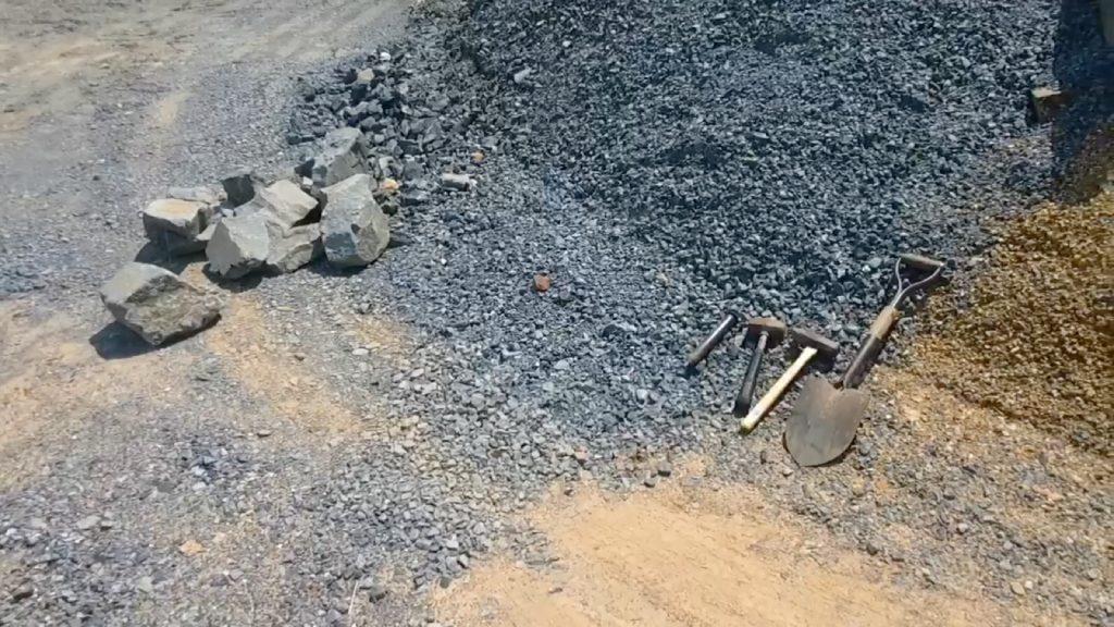 今回は、弊社土場の砕石が山積みしてあるところを利用して、石を据えていきます。