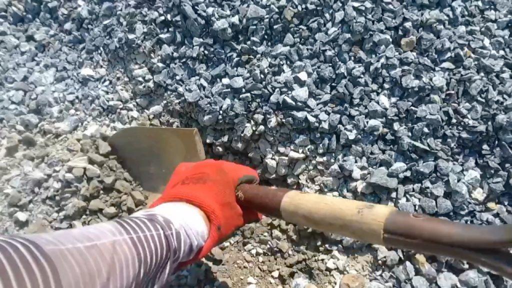 スコップで、石を並べたい場所を少し掘り下げて石を据え易くします