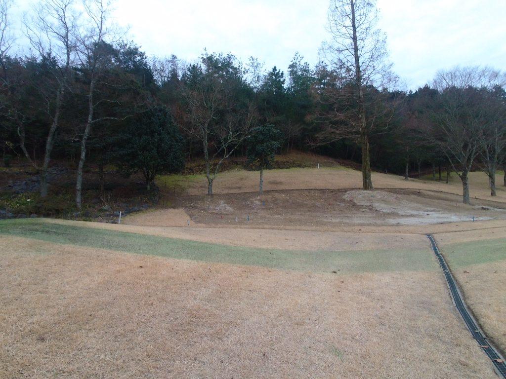 次の日。ゴルフ場のティーグラウンド脇のスペースに庭石を据えるそうです