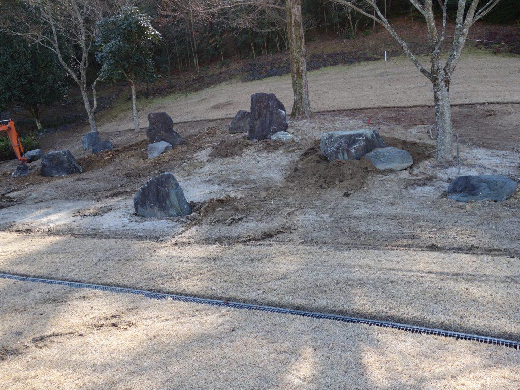 巨石が入ることで、石組にメリハリができて、リズムを感じさせます。