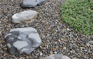 飛び石の直径が、30-40cmくらいの大きさが、住宅の庭に対する大きさや経済的なことも考えるとおススメ