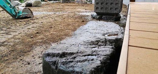 ウッドデッキ際の沓脱石