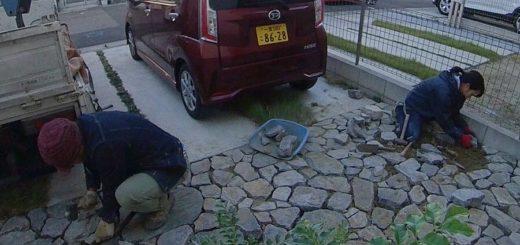 剥き出しの地面に面のある石を石張りしています
